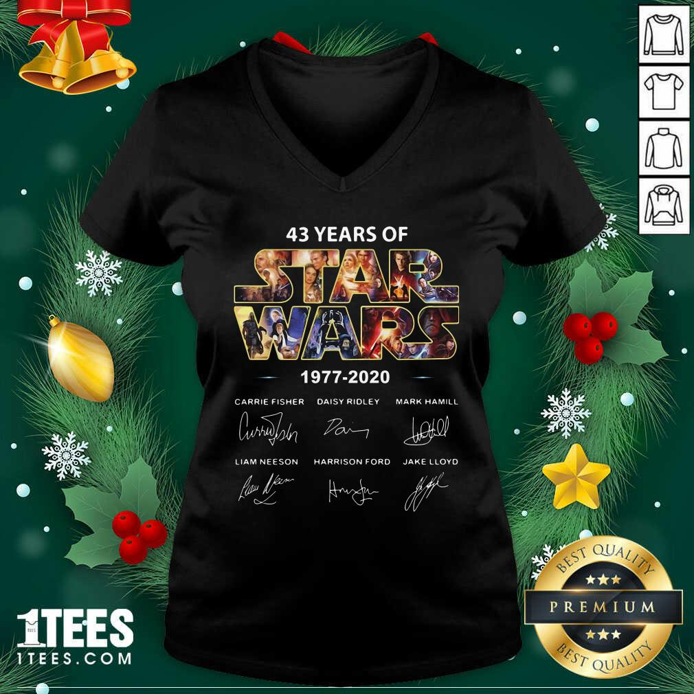 43 Years Of Star Wars 1977 2020 Signatures V-neck- Design By 1tees.com